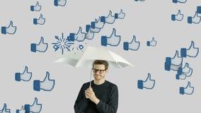 Uomo umano che non gradisce la rete sociale, media sociali, simili, conversazione di chiacchierata, comunicazione della persona d stock footage