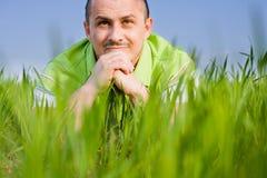 Uomo in un campo di frumento Fotografie Stock Libere da Diritti