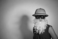 Uomo in un cappello con una barba falsa Fotografia Stock Libera da Diritti