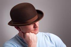 Uomo in un cappello di giocatore di bocce Immagine Stock