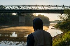 Uomo in un cappuccio al fiume Tibisco del confine fra l'Ungheria e l'Ucraina Immagine Stock Libera da Diritti