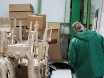 Uomo in un magazzino dei materiali da costruzione immagini stock libere da diritti