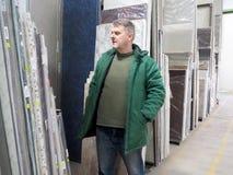 Uomo in un magazzino dei materiali da costruzione fotografia stock libera da diritti
