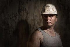 Uomo in un minatore del casco Fotografia Stock Libera da Diritti