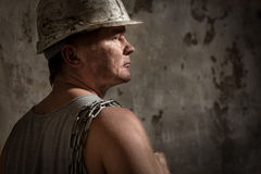 Uomo in un minatore del casco Immagine Stock