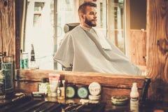 Uomo in un negozio di barbiere fotografie stock