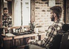 Uomo in un negozio di barbiere immagini stock