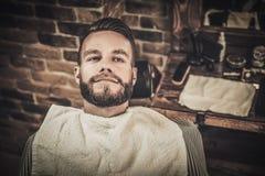 Uomo in un negozio di barbiere fotografia stock libera da diritti