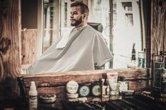 Uomo in un negozio di barbiere fotografie stock libere da diritti