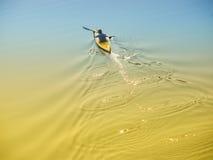 Uomo in una barca Immagine Stock