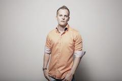 Uomo in una camicia arancione fotografia stock libera da diritti