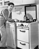 Uomo in una cucina che prepara alimento (tutte le persone rappresentate non sono vivente più lungo e nessuna proprietà esiste Gar immagini stock