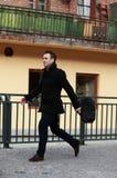 Uomo in una fretta fotografie stock