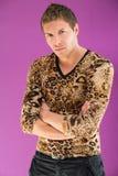 Uomo in una maglietta alla moda del leopardo e nei pantaloni neri Immagini Stock