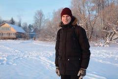 Uomo in una scena rurale di inverno fotografia stock