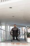 Uomo in una sedia a rotelle immagini stock libere da diritti