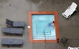 Uomo in una vasca calda all'aperto Fotografia Stock Libera da Diritti