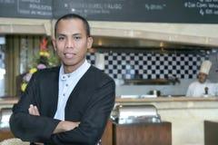 Uomo in uniforme del cameriere sul lavoro Immagini Stock