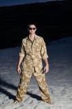 Uomo in uniforme sulla spiaggia Fotografia Stock
