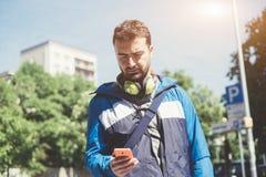 Uomo urbano che chiama smartphone Fotografie Stock