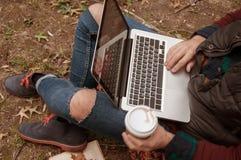 Uomo urbano che si trova nel parco in autunno che gode della natura Fotografia Stock Libera da Diritti