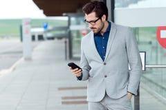 Uomo urbano di affari che per mezzo dello smartphone Immagini Stock Libere da Diritti