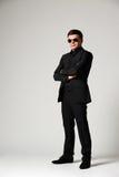 Uomo in usura convenzionale ed occhiali da sole Fotografie Stock Libere da Diritti