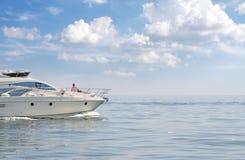Uomo in vacanza sull'yacht Fotografie Stock Libere da Diritti
