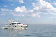 Uomo in vacanza sull'yacht Immagini Stock Libere da Diritti