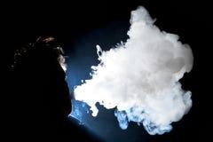 Uomo Vaping e nuvola di salto Fotografia Stock Libera da Diritti