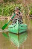 Uomo in vecchia canoa sul fiume - ritratto immagini stock