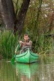 Uomo in vecchia canoa sul fiume - ritratto fotografia stock libera da diritti