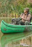 Uomo in vecchia canoa sul fiume - ritratto fotografia stock