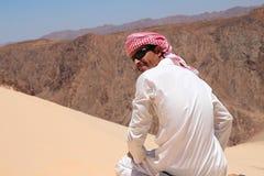 Uomo in vestiti beduini Immagini Stock
