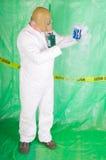Uomo in vestiti di Hazmat nell'alloggiamento di decontaminazione Fotografie Stock