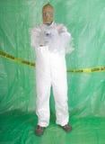Uomo in vestiti di Hazmat nell'alloggiamento di decontaminazione Immagini Stock Libere da Diritti