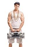 Uomo in vestiti hip-hop che tengono un artificiere del ghetto fotografia stock