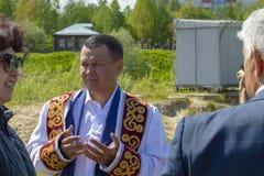 Uomo in vestiti musulmani che prega, vista frontale della mullah immagine stock