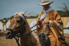 Uomo in vestiti tradizionali, Trujillo, Perù immagine stock