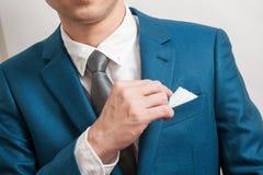 Uomo in vestito che elimina il quadrato della tasca Immagini Stock