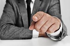 Uomo in vestito che indica il dito Fotografia Stock Libera da Diritti