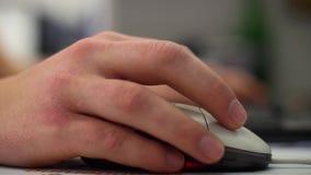 Uomo in vestito che lavora in scrivania, scrivente sulla tastiera video d archivio