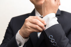 Uomo in vestito che ripara il suo bottone Immagini Stock Libere da Diritti