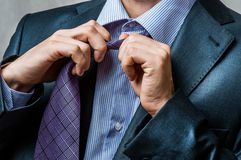 Uomo in vestito che scioglie il suo legame del collo Fotografie Stock