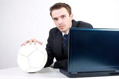 Uomo in vestito che sogna pensiero al socce di gioco del calcio Fotografia Stock Libera da Diritti