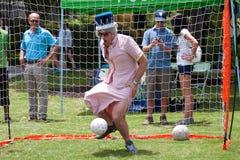 Uomo vestito come festival della regina Elizabeth Plays Soccer Goalie At fotografia stock