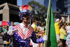 Uomo vestito come zio Sam a pro raduno dell'accusa Immagini Stock Libere da Diritti