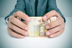 Uomo in vestito con le euro fatture Immagine Stock