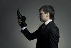 Uomo in vestito elegante e pattini a disposizione fotografia stock libera da diritti