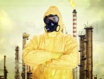 Uomo in vestito protettivo chimico fotografie stock libere da diritti